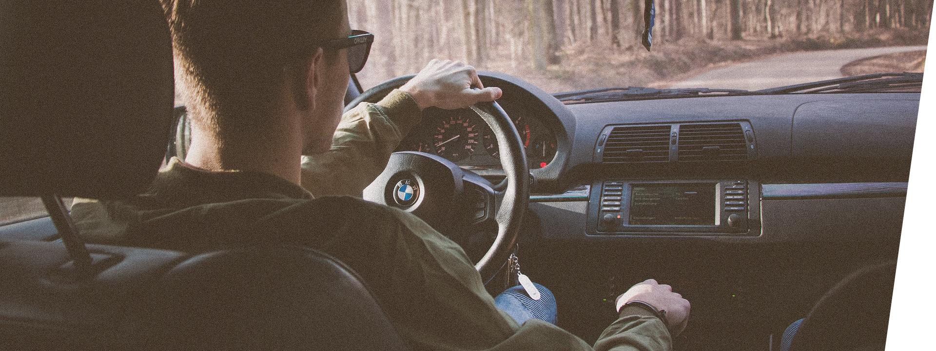 Mies ajaa autolla, BMW:llä.