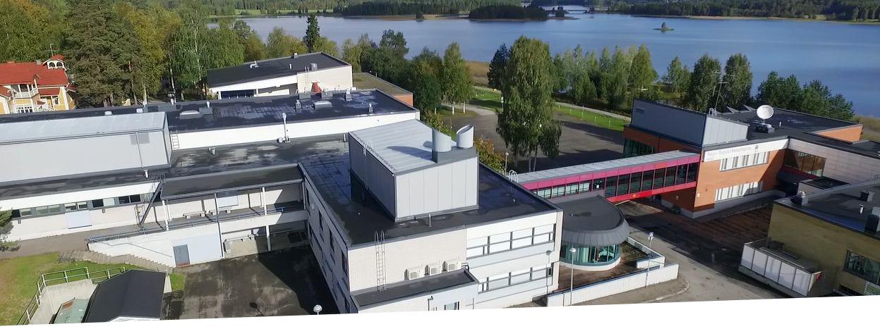 Nurmeksen kampus sijaitsee järven rannalla.